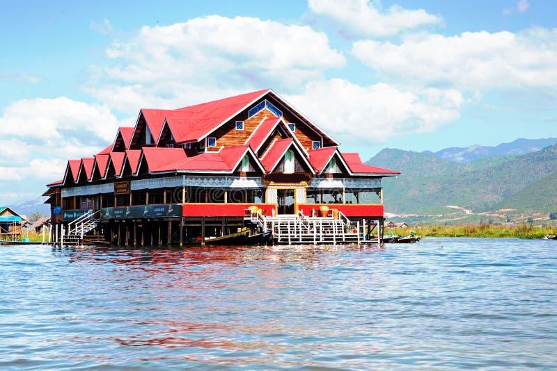 Huset på bambu klibbar i Inle sjön, den Myanmar Burman royaltyfria foton