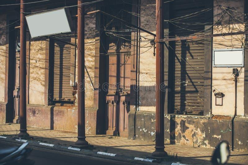 Huset på gatan tände av inställningssolen som bildar geometrisk sha royaltyfri bild