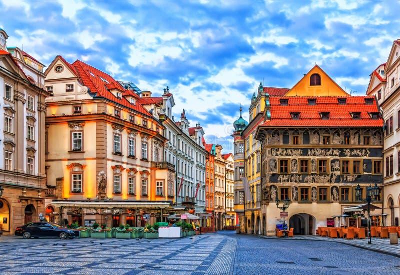 Huset på minuten i gammal stadfyrkant av Prague, tjeckiska Repu arkivfoto