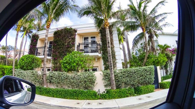 Huset på mitten på Palm Beach, Florida, Förenta staterna fotografering för bildbyråer