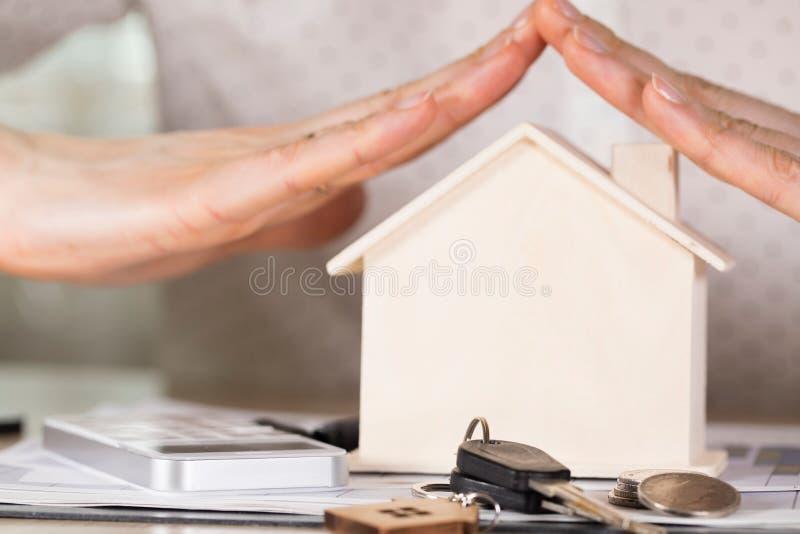 Huset stämmer och myntar framme av ett trähus arkivfoto