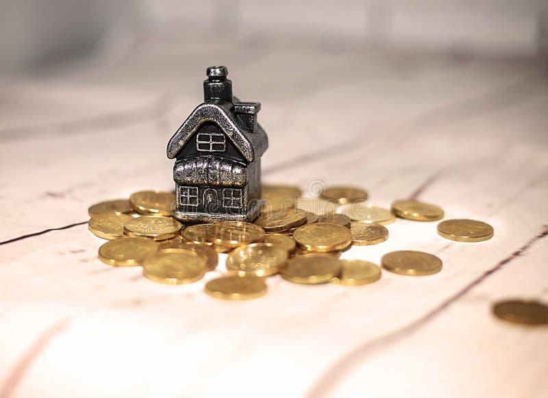 Huset står på en hög av mynt, begreppet av kontanta besparingar fotografering för bildbyråer