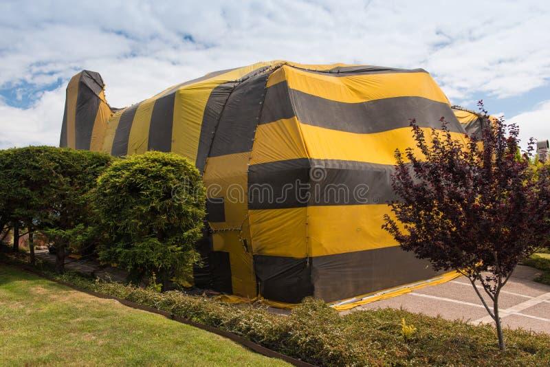 Huset täckas av tältet för rökning arkivfoton