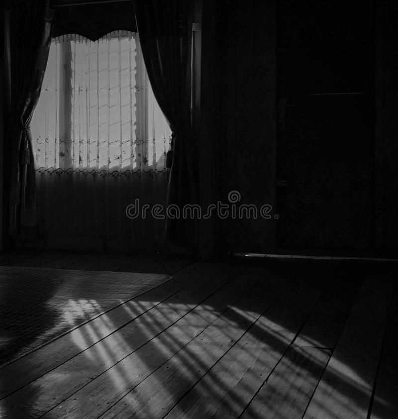 Husfönster i svartvitt arkivbilder
