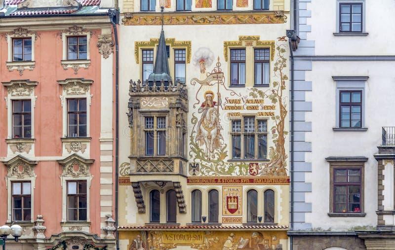 Husfasad i Prague royaltyfria foton