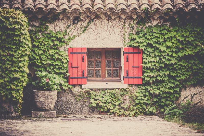 Husfasad med fönstret i sydliga Frankrike arkivfoto