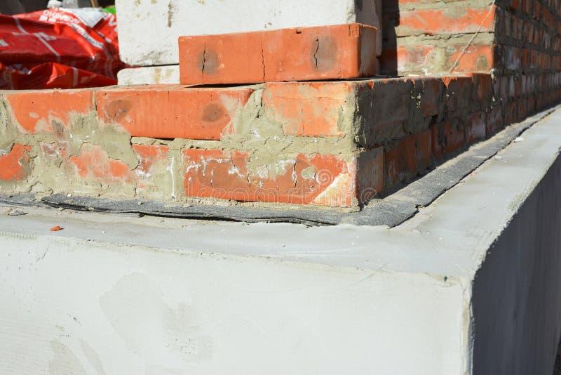 Husfundamentisolering och att rappa, fuktig provkopiering som waterproofing arkivfoto