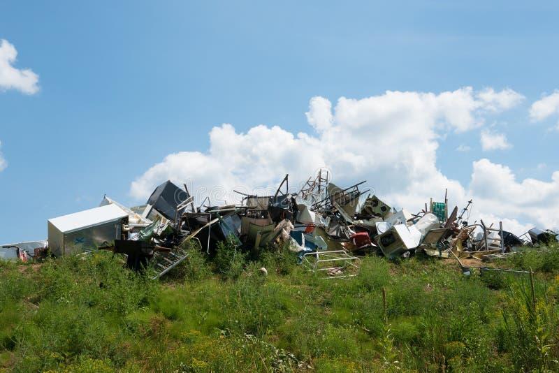 Hushållanordningar och metall kastar i en avskrädeförrådsplats royaltyfri foto