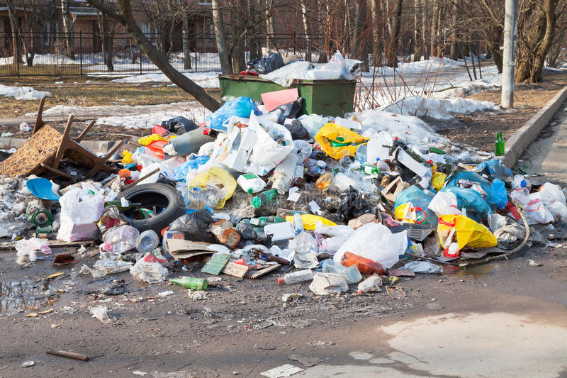 Hushållavskräde och stads- dumpster royaltyfria bilder