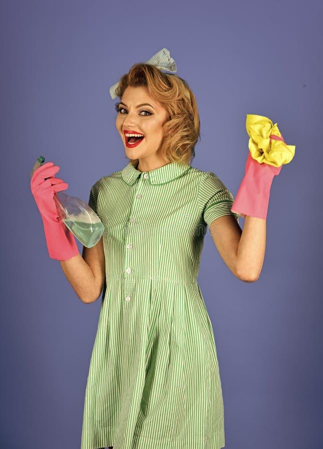 Hushållerska i likformig med ren sprej, dammtrasa arkivfoto
