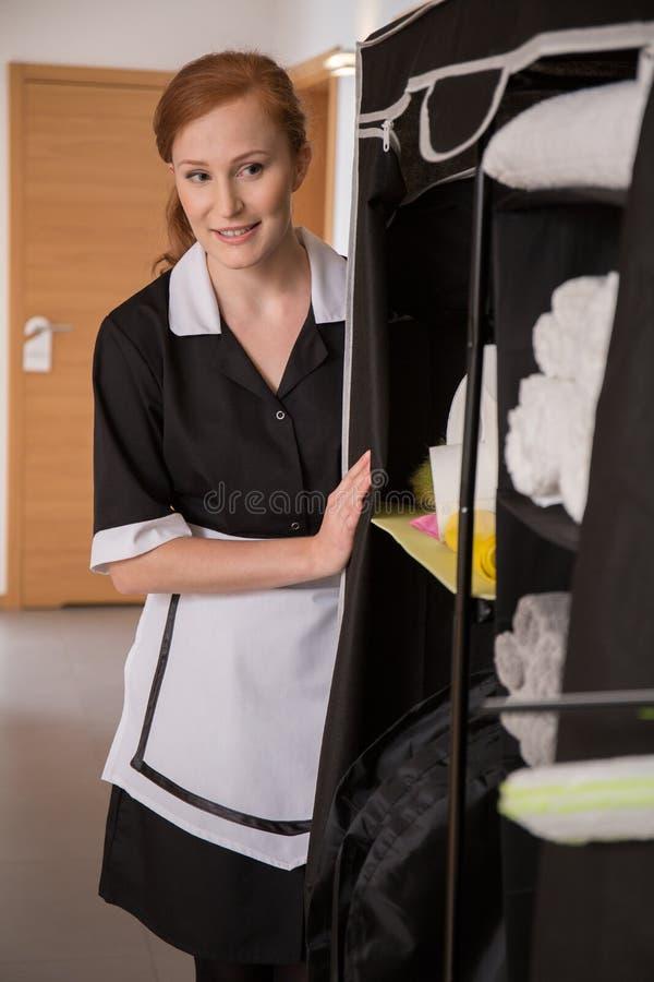Hushållerska som avskiljer sanitära artiklar royaltyfri foto