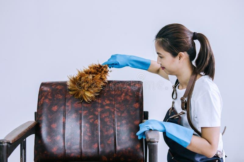 Hushållning och lokalvårdbegreppet, den lyckliga unga kvinnan i blått gnider royaltyfria foton