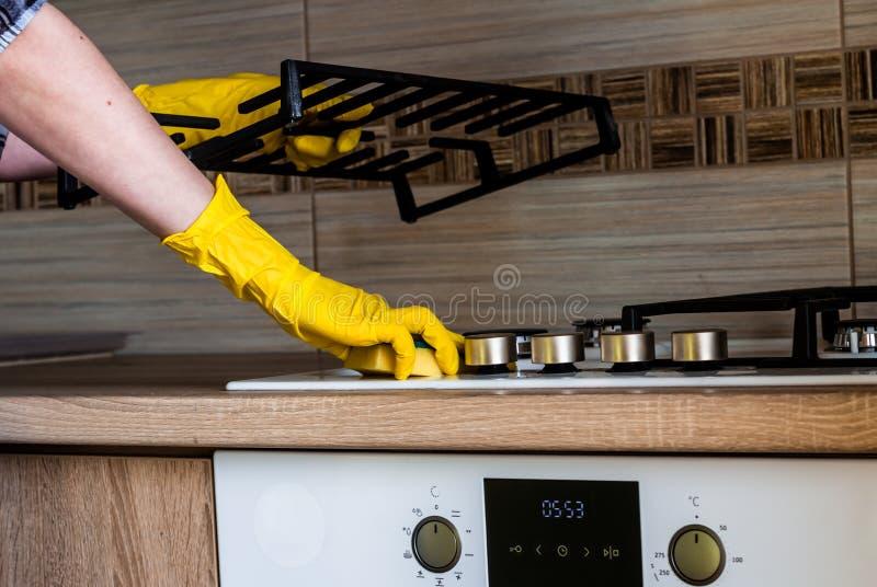 Hushållsarbete - göra ren köket arkivfoton