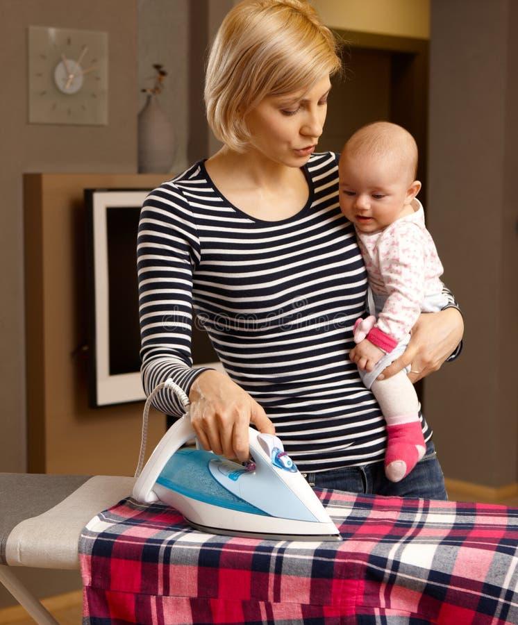 Hushållsarbete och moderskap fotografering för bildbyråer
