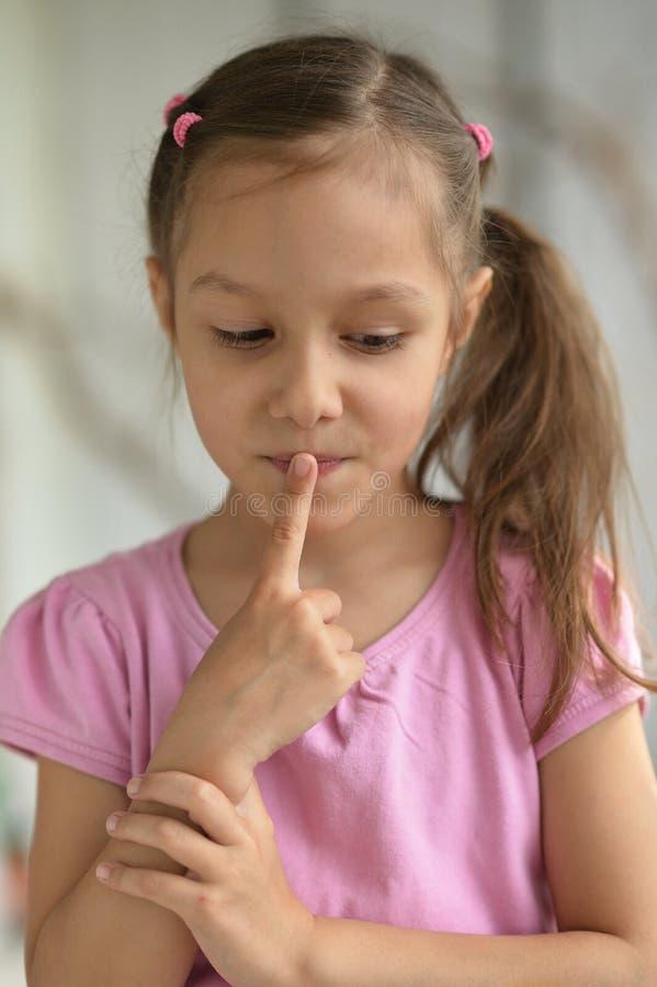 hush девушки меньший показывая знак стоковые фото