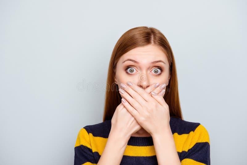 Hush a los hombres de negocios asustados que tosen el concep estallido-observado grande de la moda fotos de archivo libres de regalías