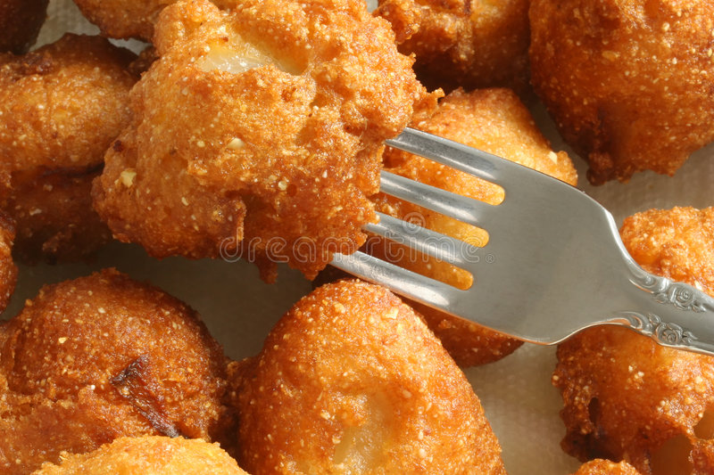 Hush Puppies mit Gabel lizenzfreie stockfotografie