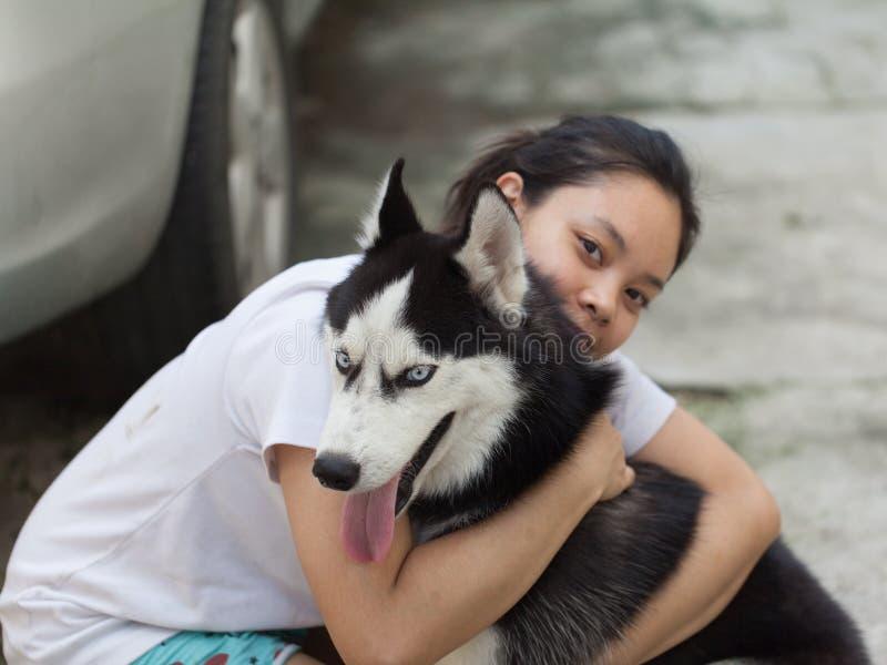 Husky siberiano del abrazo de las mujeres imágenes de archivo libres de regalías