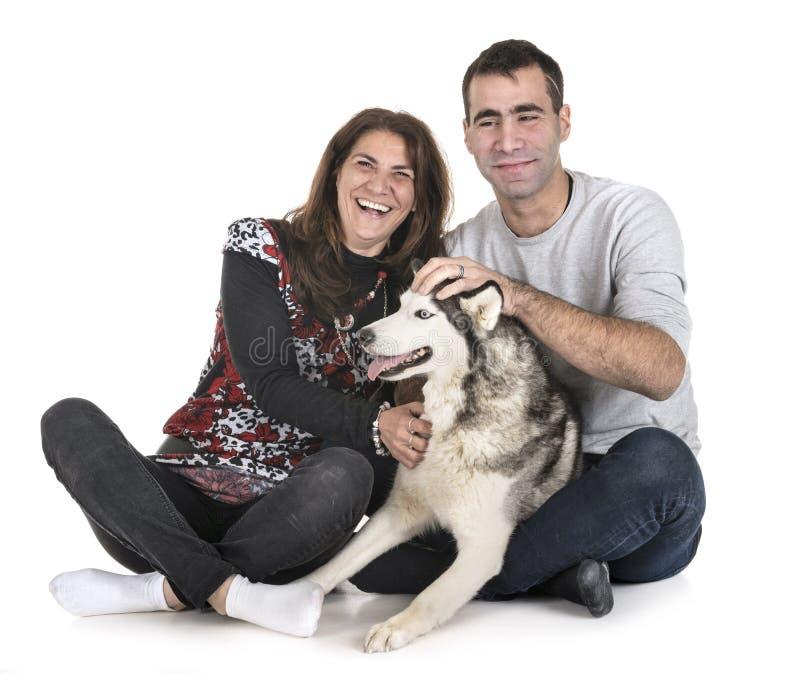 Husky siberiano e proprietari fotografie stock