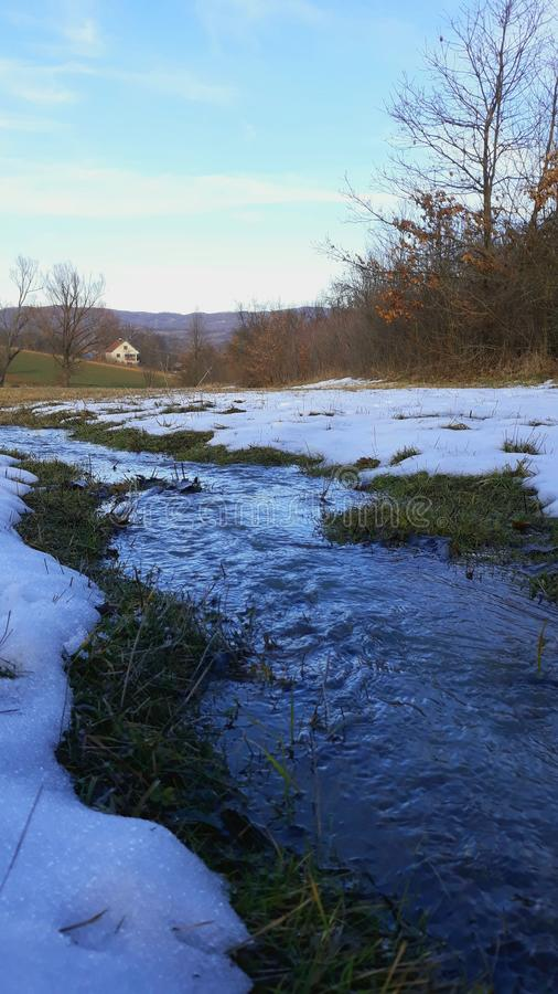 Huslandskapflod och snö fotografering för bildbyråer