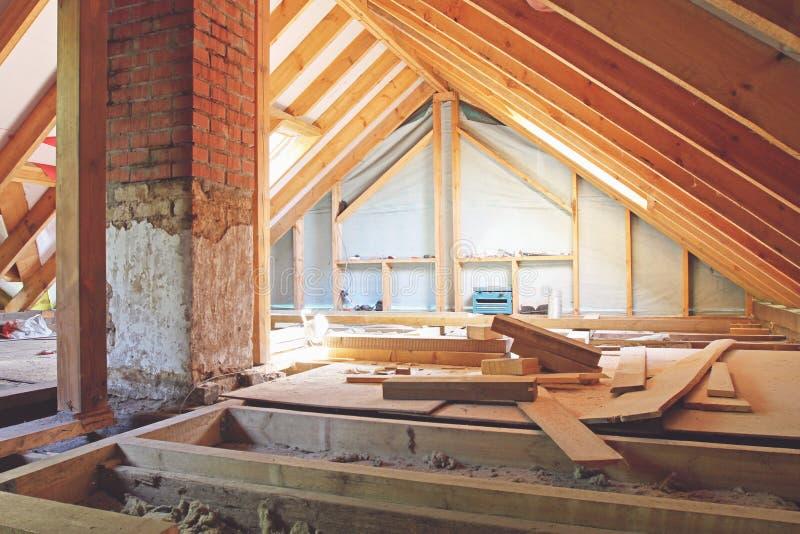 Husloft under konstruktion fotografering för bildbyråer