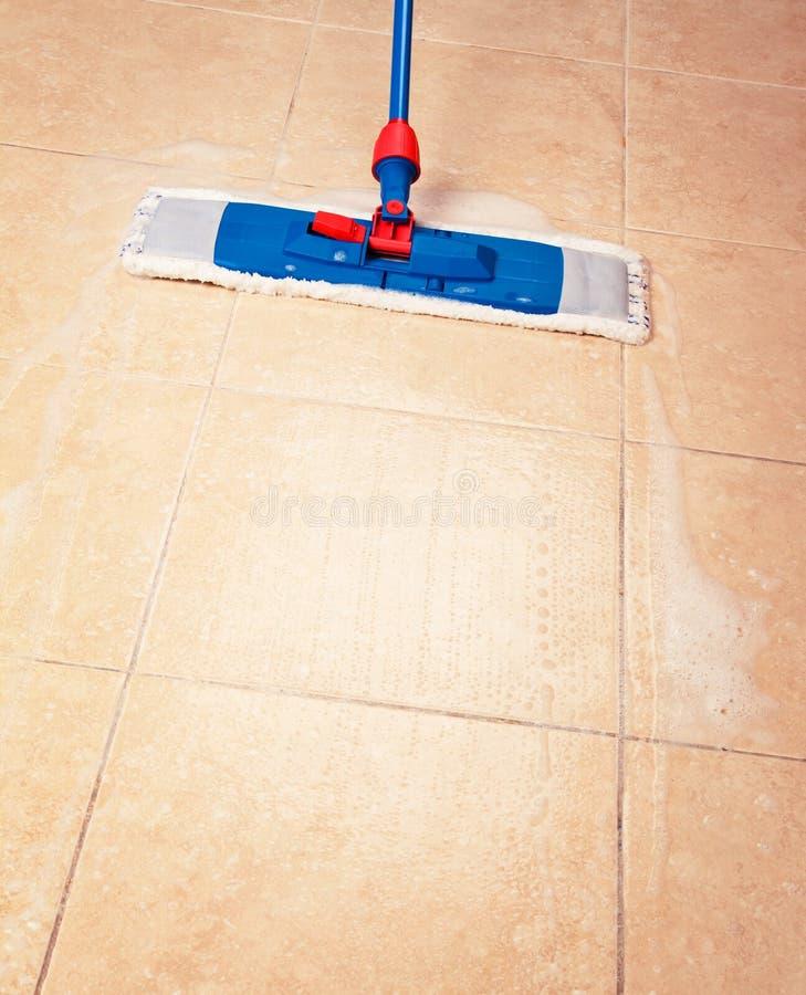 Huslokalvård med golvmoppet arkivbild