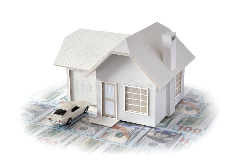 Husminiatyr med bilen som isoleras i vit bakgrund f?r fastighet- och konstruktionsbegrepp Planlagd husminiatyr och crea arkivbilder