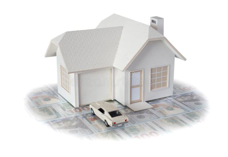 Husminiatyr med bilen som isoleras i vit bakgrund f?r fastighet- och konstruktionsbegrepp Planlagd husminiatyr och crea royaltyfri fotografi