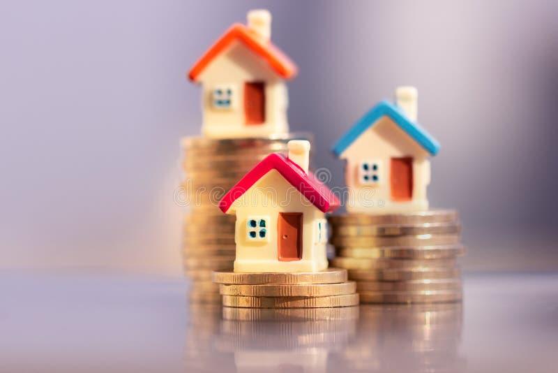 Husmodell på myntbunt planera besparingpengar av mynt för att köpa ett hem- begrepp royaltyfri bild