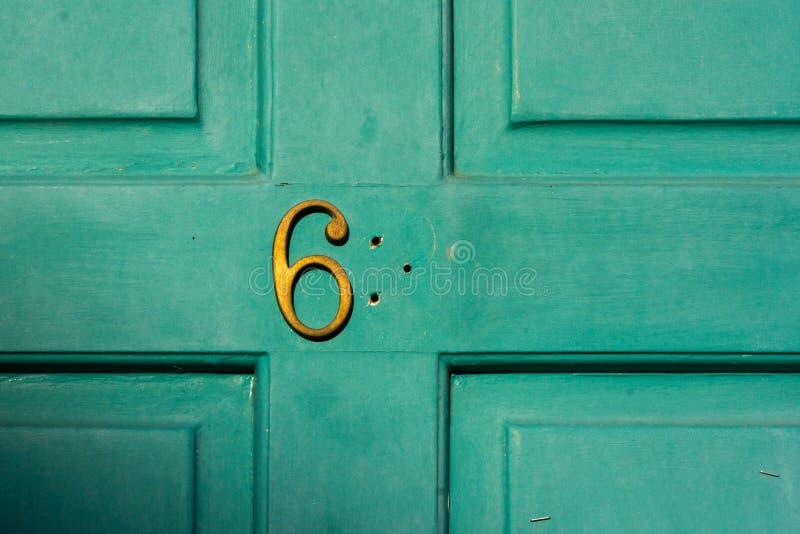 Husnummer med saknade siffror arkivbild