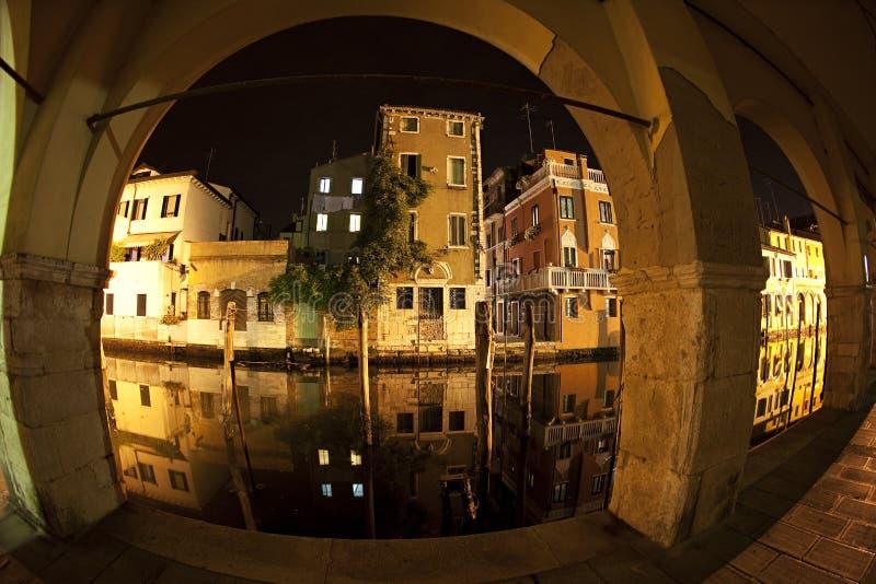 Husreflexion i kanalvenaen Chioggia Venedig, Italien royaltyfri bild