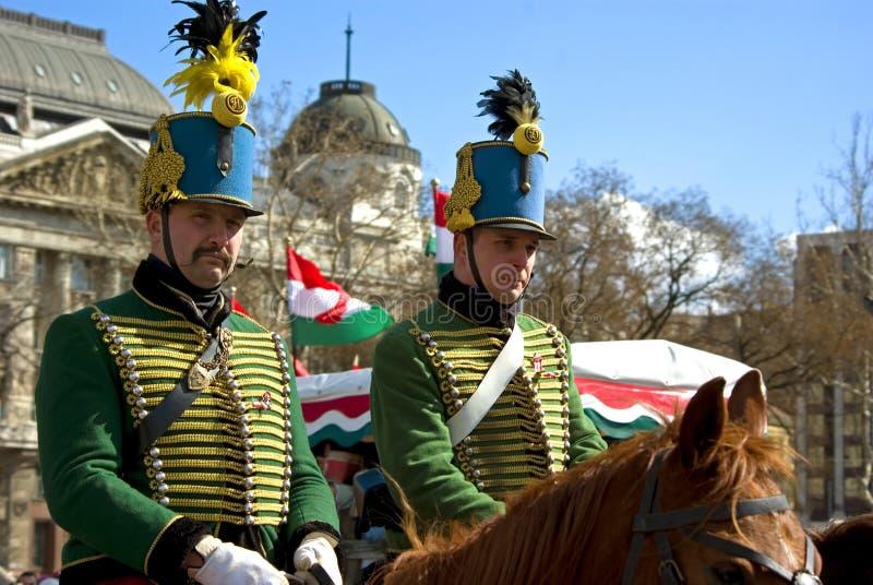 Hussars (cavalrymen húngaros) em horseback imagens de stock