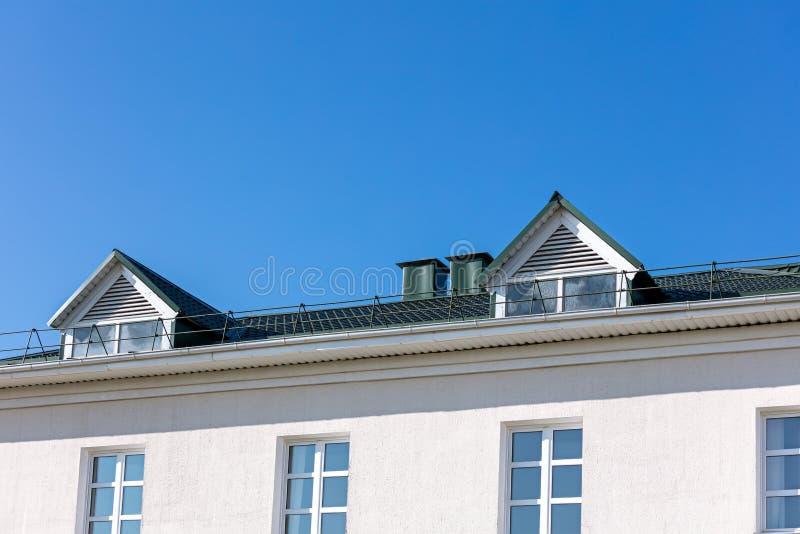 Hustak med det nya stuprännasystemet mot blå himmel royaltyfri bild