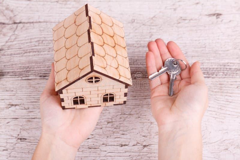 Hustangent i hand Handinnehavhemmet gömma i handflatan och stämmer in på fingret arkivfoton