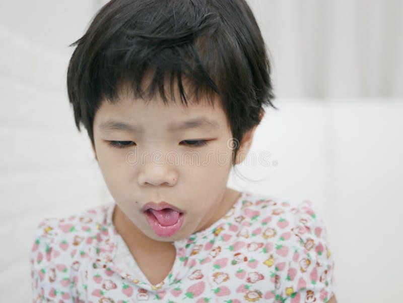 Husten des asiatischen Babys, da sie Allergien hat stockfotografie