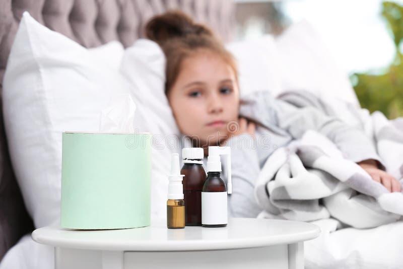 Hustenmittel und krankes Mädchen stockfotos