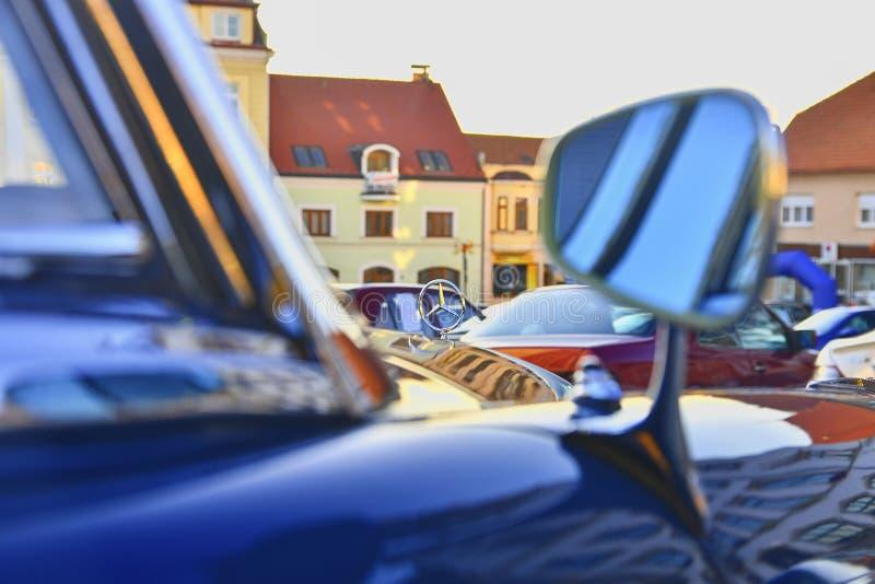 HUSTOPECE, TSJECHISCHE REPUBLIEK - 29 SEPTEMBER, 2018: Mercedes Benz-embleem op uitstekende auto Mercedes-Benz is een Duitse auto stock foto