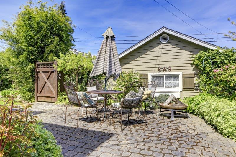 Husträdgårddäck med uteplatsområde royaltyfri bild