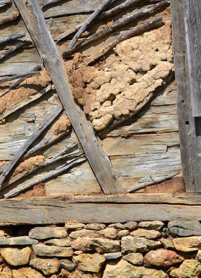 Husvägg som byggs med material för traditionellt byggande royaltyfri bild