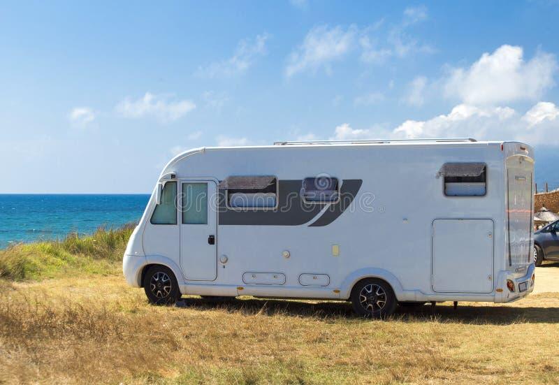 Husvagnen semestrar vid havet i sommaren royaltyfria bilder