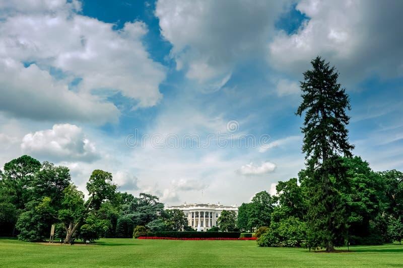 huswashington för c D white C /Columbia/USA - 07 11 2013: Bred vinkelsikt på Vita Huset med blå himmel och moln över arkivfoto