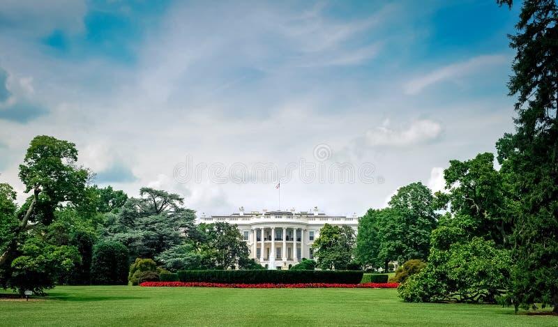 huswashington för c D white C /Columbia/USA - 07 11 2013: Bred vinkelsikt på Vita Huset med blå himmel och moln över royaltyfri foto