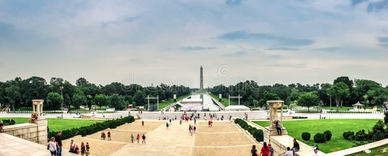 huswashington för c D white C / USA - 07 12 2013: Panoramautsikt på Lincoln Memorial Reflecting Pool och Washington Monument royaltyfria bilder