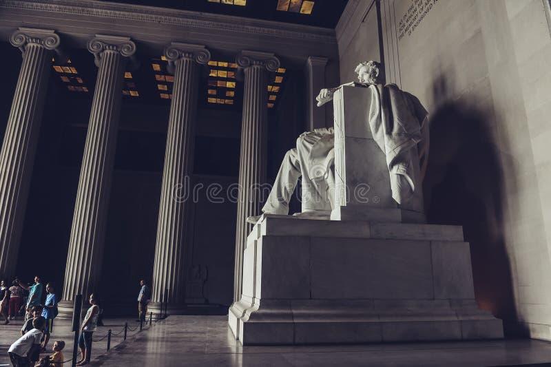huswashington för c D white C / USA - 07 12 2013: Turister som besöker Lincoln Memorial som ser statyn av Abraham Lincoln royaltyfri fotografi