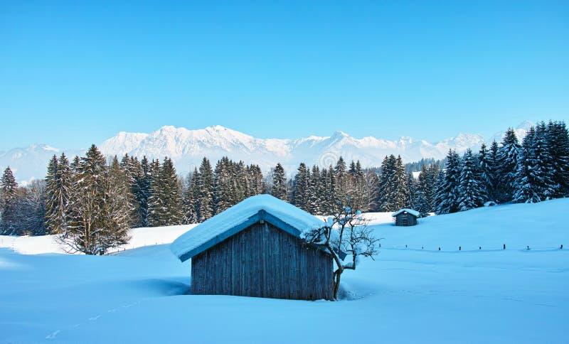 Hut in blauw ijzig koud alpien landschap met diepe sneeuw royalty-vrije stock afbeeldingen