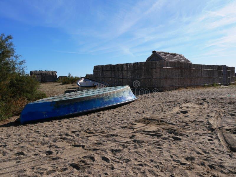 Hut från den gamla fiskesamhället på Canets damm royaltyfri fotografi