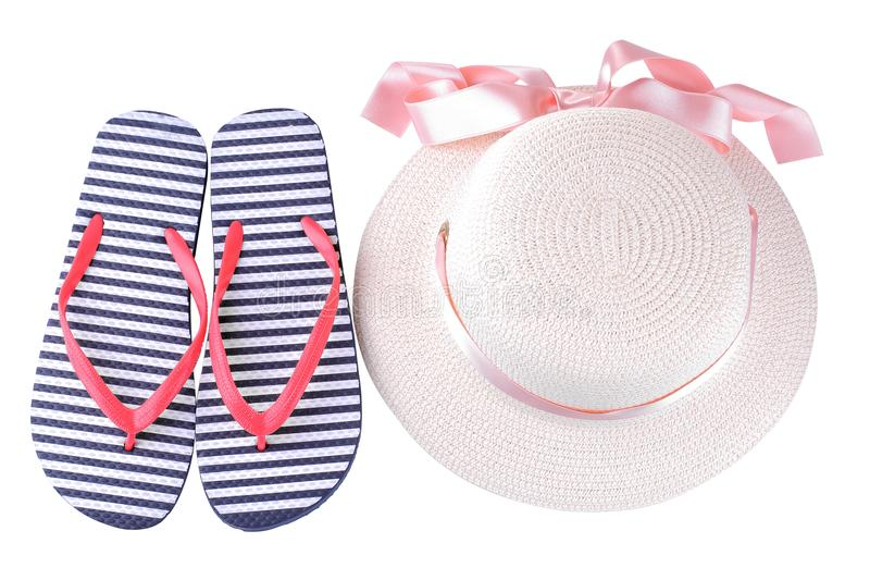 Hut mit einem rosa Band und Flipflops in den blauen und weißen Streifen Getrennt stockbilder