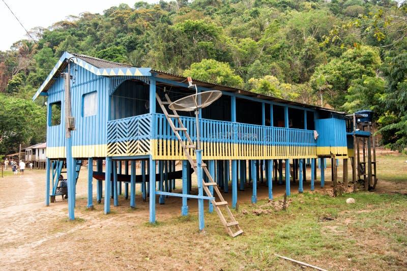 Hut op houten stapels in dorp in wildernissen stock afbeeldingen