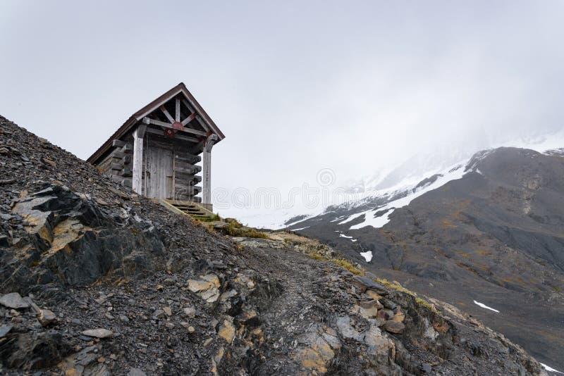 Hut przetrwania na lodowcu wyjazdowym, Szlak Lodowy Harding, Park Narodowy Kenai Fjords, Seward, Alaska, Stany Zjednoczone zdjęcie stock