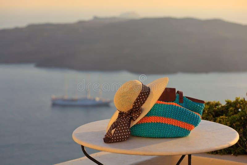 Hut- und Strandtasche in Santorini-Insel lizenzfreie stockfotografie